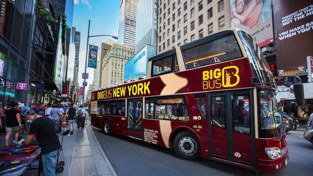Carregar foto 1 de 10. Tour bus in New York City