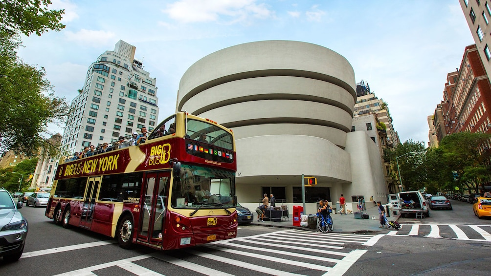 Foto 5 von 10 laden Double decker tour bus driving past the Guggenheim in New York City