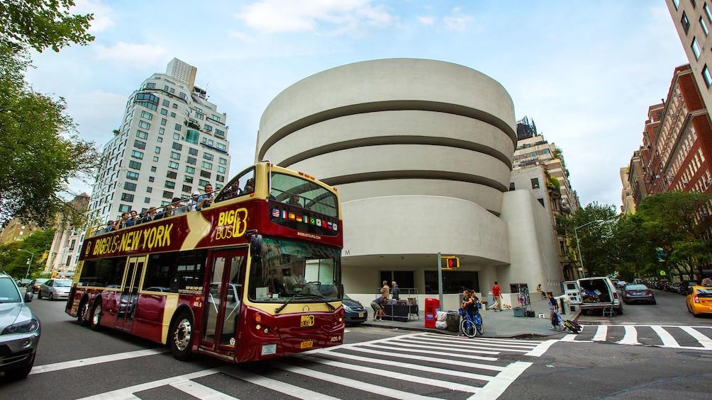 Carregar foto 5 de 10. Double decker tour bus driving past the Guggenheim in New York City