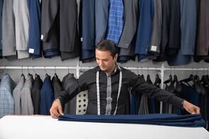 ชุดสูทแบบสั่งตัด 2 ชุด เสื้อเชิ้ตและเน็กไทผ้าไหม