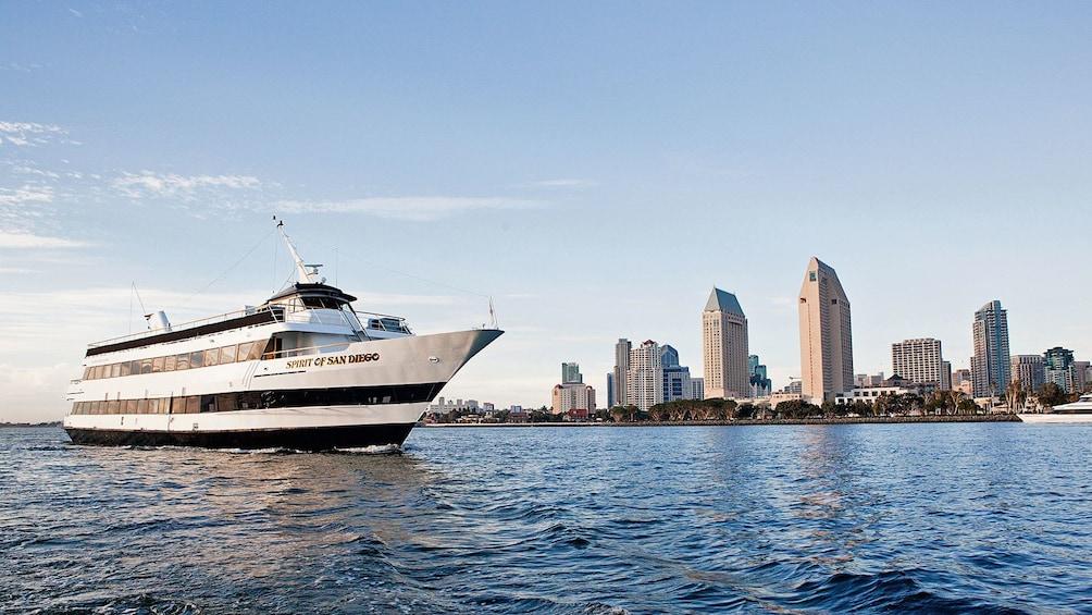 Foto 1 von 6 laden Ship with city view on cruise in San Diego California