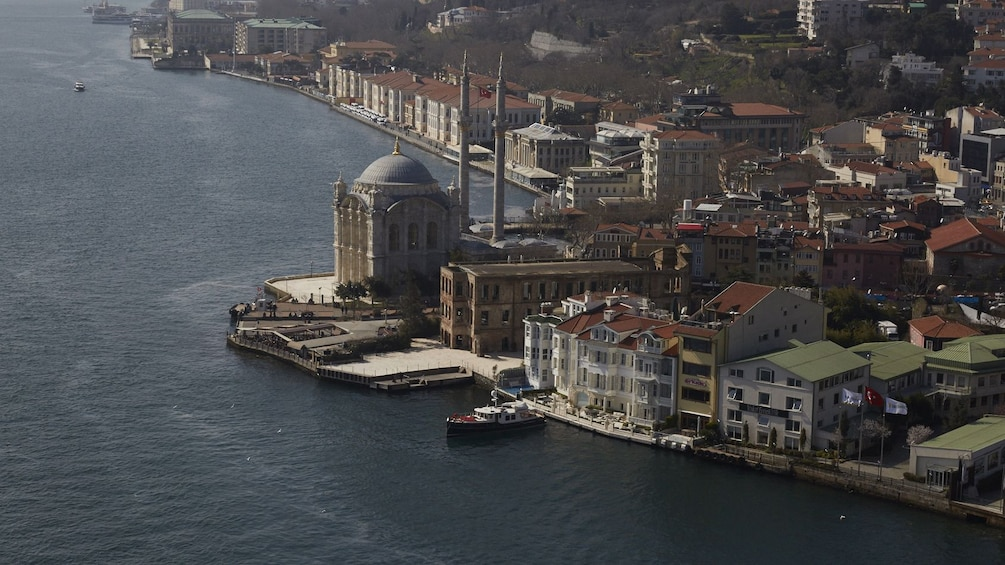Foto 3 von 10 laden Aerial view of Hagia Sophia Museum on the banks of the Bosphorus river