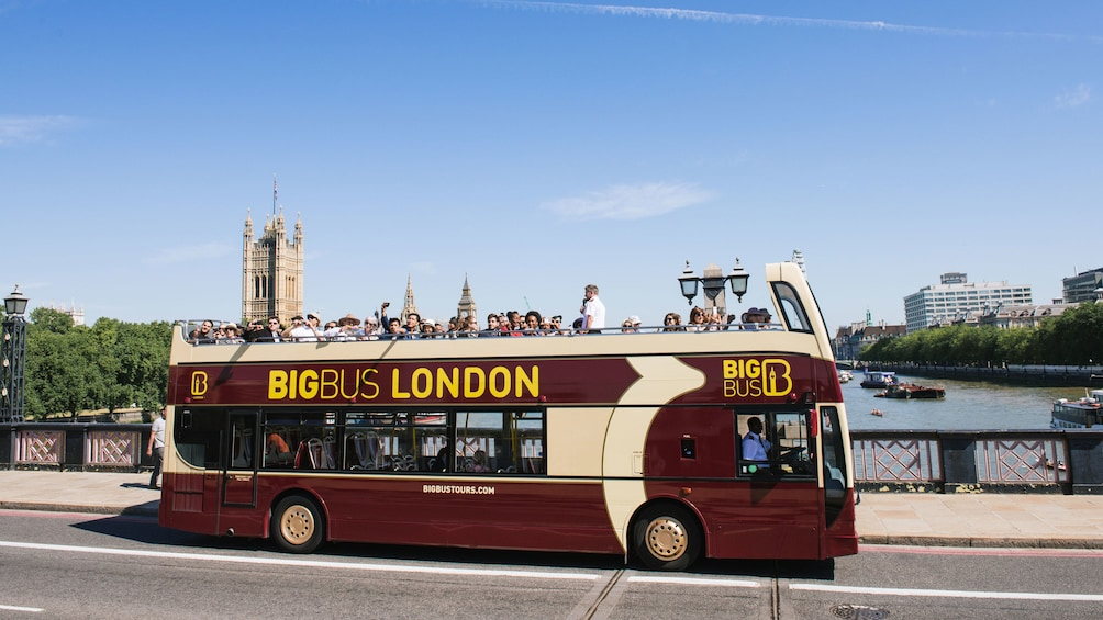 Carregar foto 10 de 10. big bus london crossing bridge