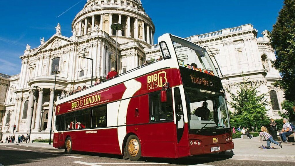 Carregar foto 3 de 10. London Hop-On Hop-Off Big Bus Tour