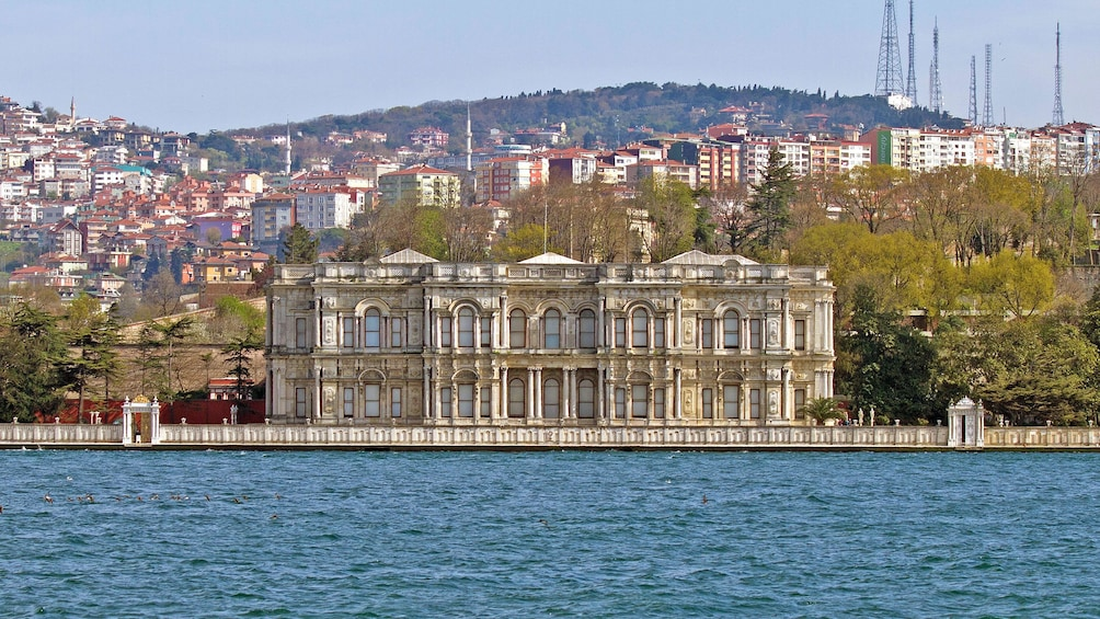 Foto 7 von 7 laden Townscape behind the Beylerbeyi Palace in Istanbul