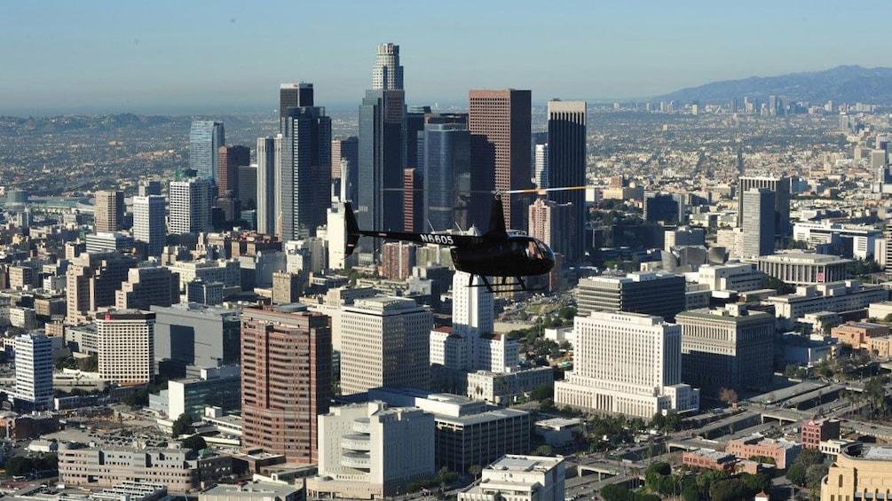 Charger l'élément 5 sur 6. Tour helicopter flying past Los Angeles skyline