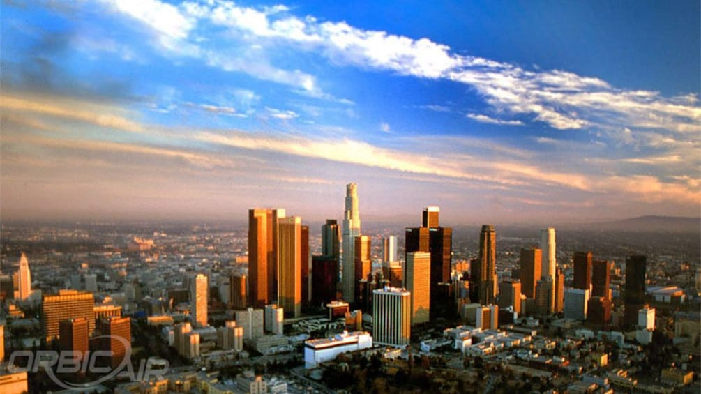 Charger l'élément 4 sur 6. observing the cityscape during sunset from a helicopter in Los Angeles