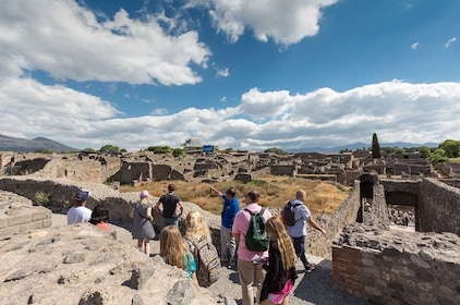 Pompeii-ruins-with-guide.jpg