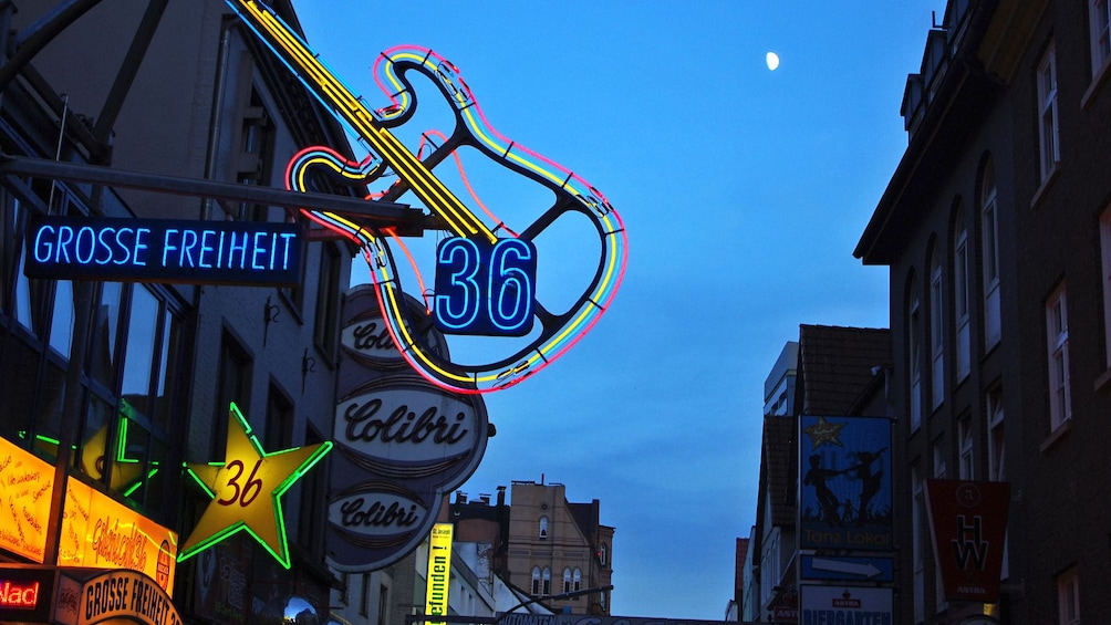 Åpne bilde 2 av 5. City view at night in Hamburg Germany