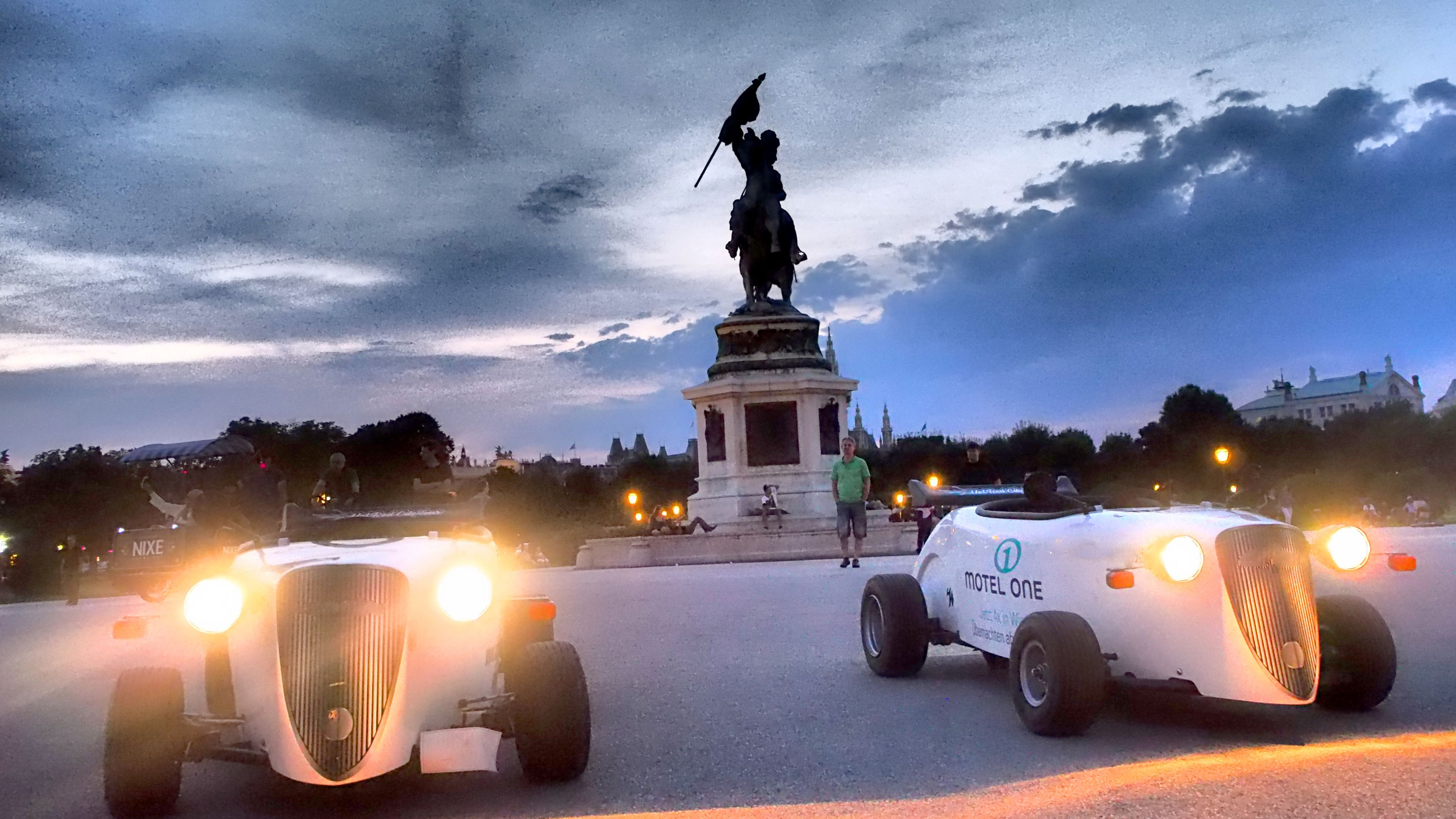 Hot Rod tour in Vienna at dusk