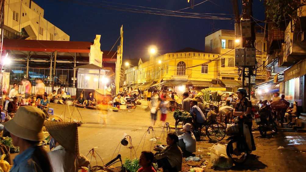 Carregar foto 2 de 9. Night market in Hanoi