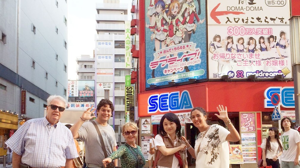 Foto 1 von 5 laden group outside of a video game store in Japan