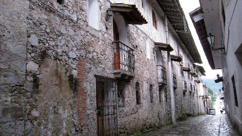 Narrow walkway between buildings in Cuetzalan