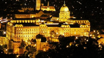 Night City Tour with 3-Course Dinner & Folklore Show