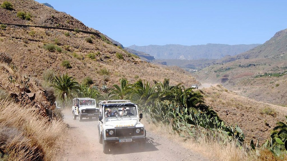 Åpne bilde 3 av 6. Jeeps on a dirt road in the hills of Gran Canaria