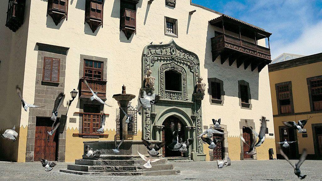 Historical building and fountain in Las Palmas de Gran Canaria