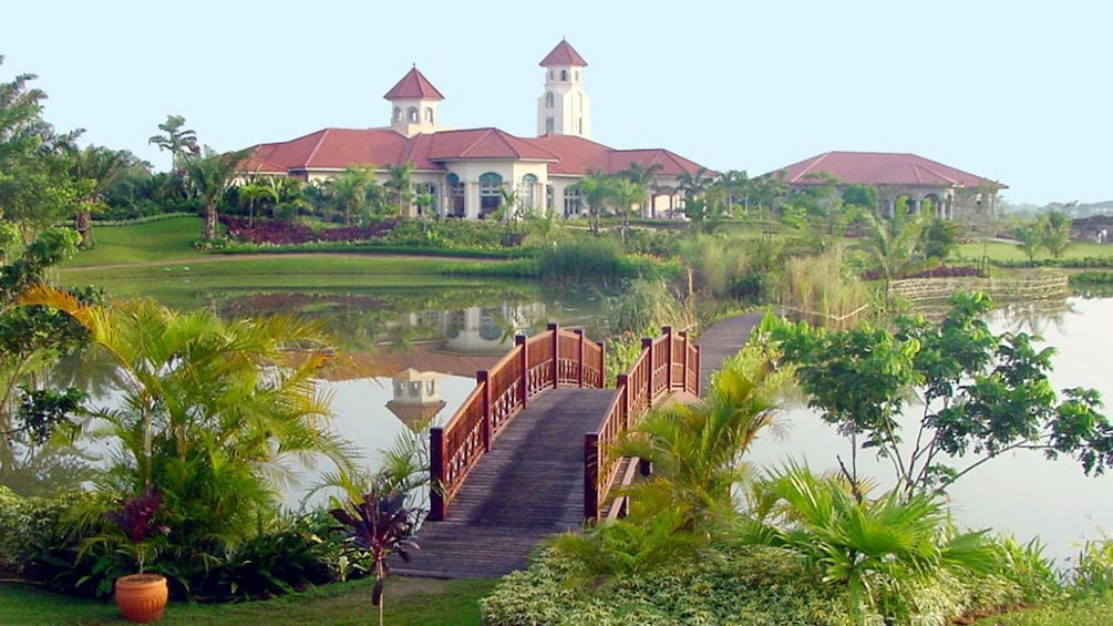 แสดงภาพที่ 1 จาก 8 Pun Hlaing Golf Club pond and bridge with clubhouse in the distance in Myanmar