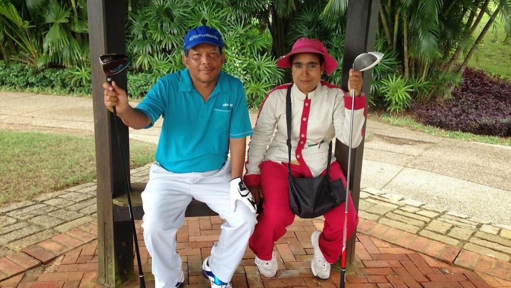แสดงภาพที่ 4 จาก 8 Golfing couple taking a break at the Pun Hlaing Golf Club in Myanmar
