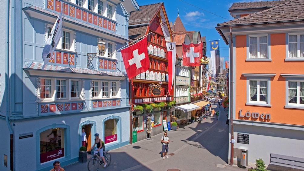 Foto 8 von 8 laden Swiss flag on the sides of buildings in Zurich