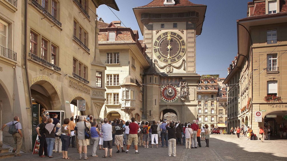 Charger l'élément 2 sur 10. Tour group looking up at the large Zytglogge clock tower in Bern
