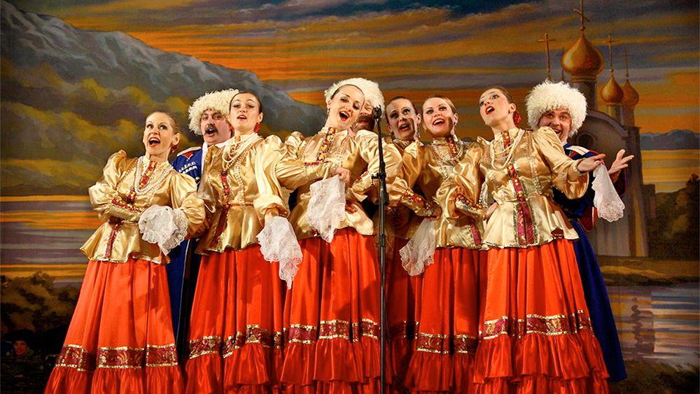 Venäläinen kansantanssi- ja -musiikkiesitys Pietarissa