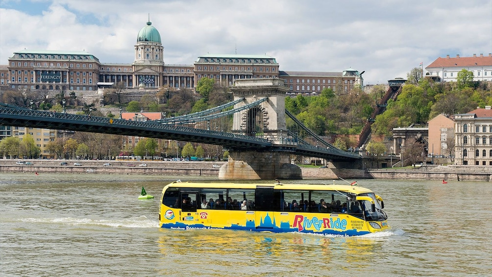 Foto 6 van 6. Bus floating in a river in Budapest