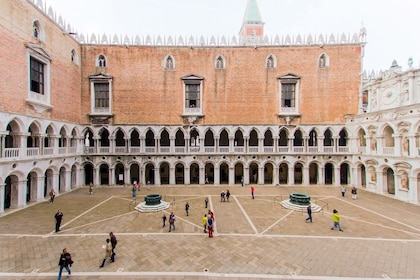 Venice Full-Day Tour: St. Mark's Basilica, Doge's Palace & Gondola Ride