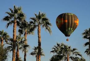 Palm Desertin kuumailmapallolento auringon noustessa Palm Springsistä