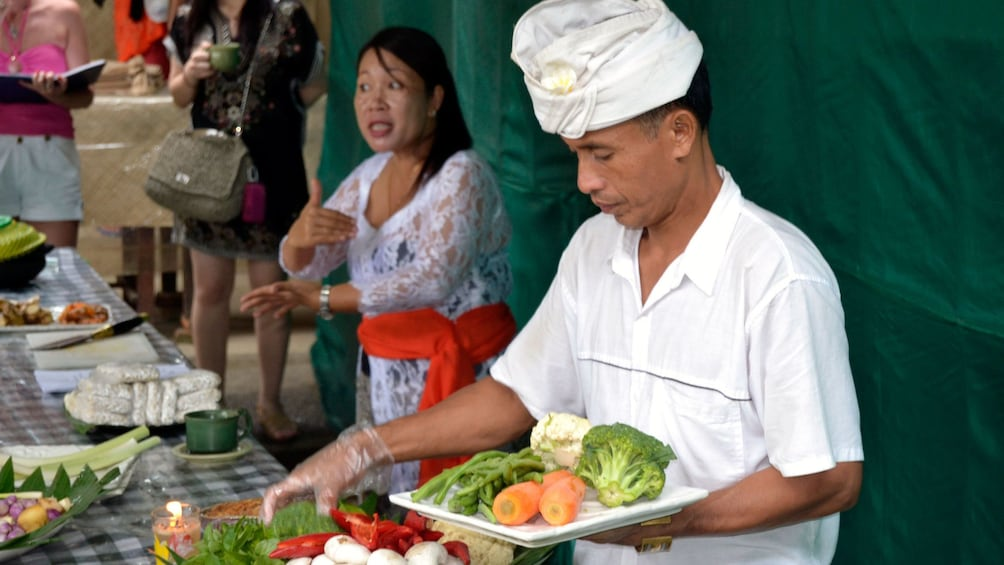 正在顯示第 3 張相片,共 5 張。 Balinese cooking instructors in Bali