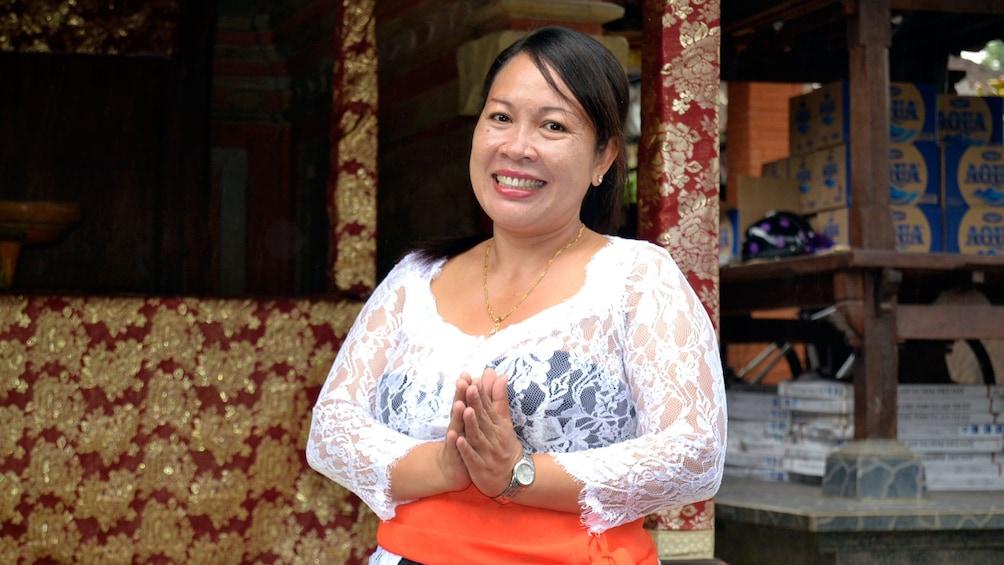 正在顯示第 5 張相片,共 5 張。 Smiling woman in Balinese cooking class in Bali