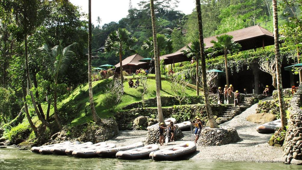 正在顯示第 4 張相片,共 5 張。 Water rafts docked on land in Bali