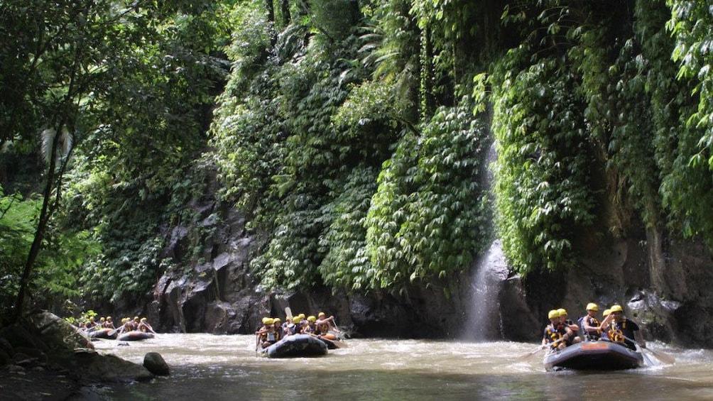 正在顯示第 2 張相片,共 5 張。 White water rafters on calm water in Bali