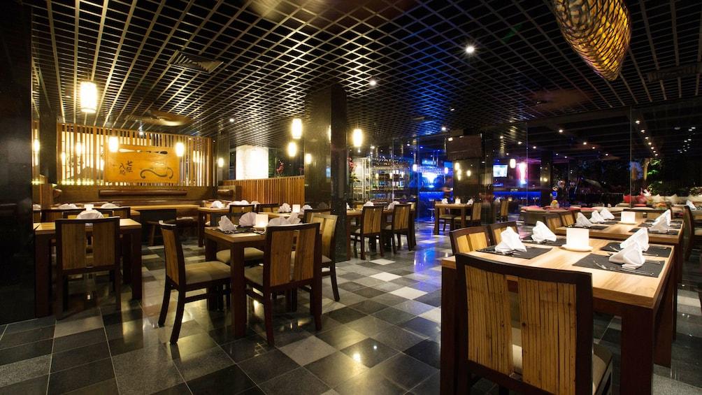 正在顯示第 4 張相片,共 6 張。 Dining room inside Yanies restaurant in Bali