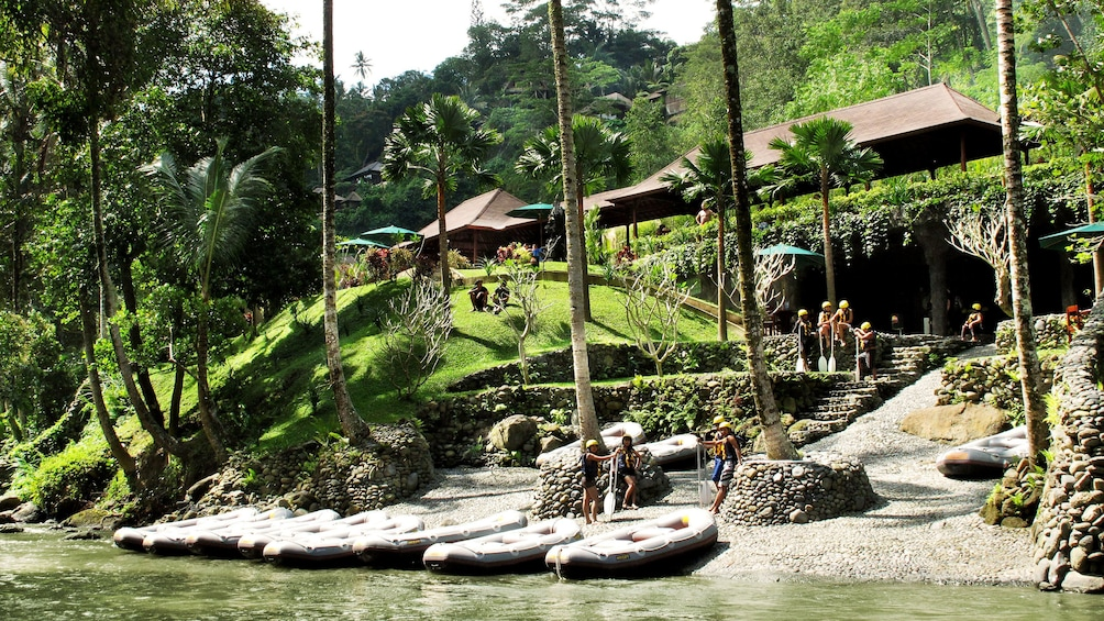正在顯示第 3 張相片,共 5 張。 Rafts on the shore of a river in Bali