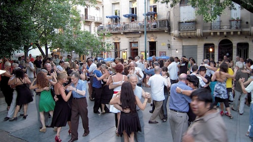 large crowd dancing at an outdoors public space in Argentina