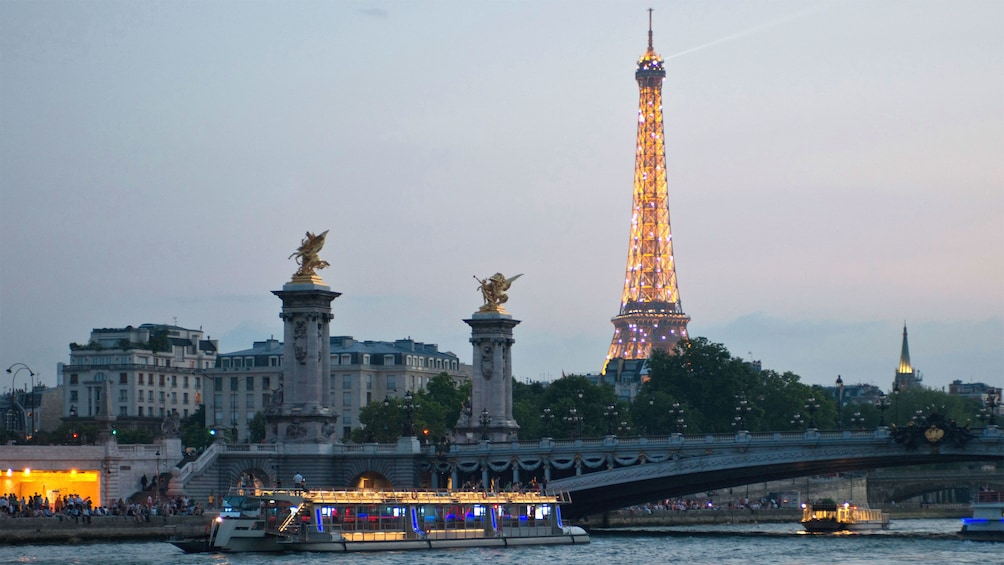 Åpne bilde 1 av 10. Dinner boat with the Eiffel tower at sunset.