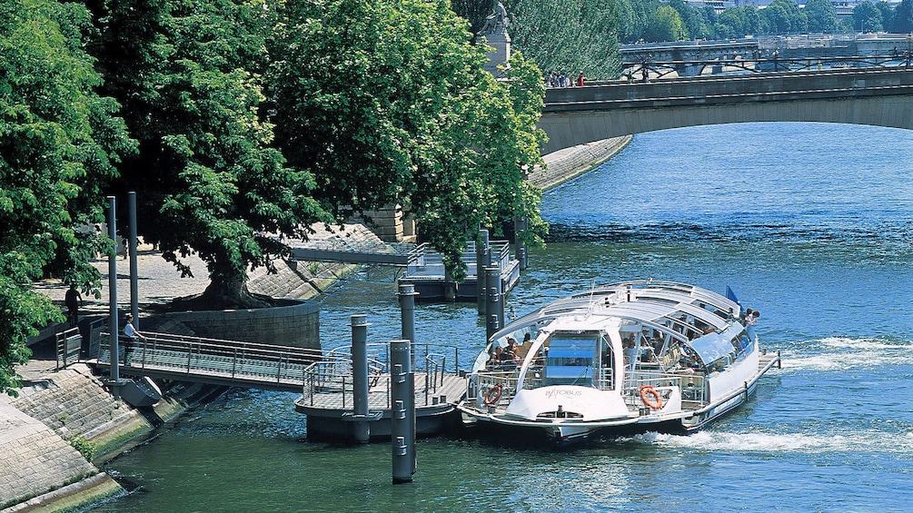 Ver elemento 4 de 10. Batobus docked on the Seine river.