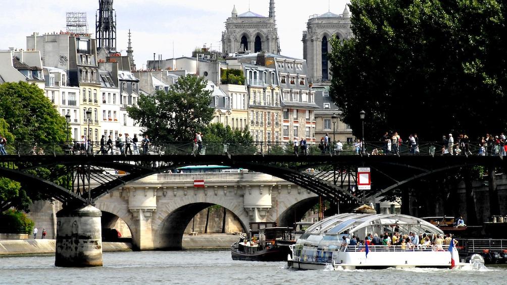 Öppna foto 1 av 10. Batobus passing under a bridge in Paris.