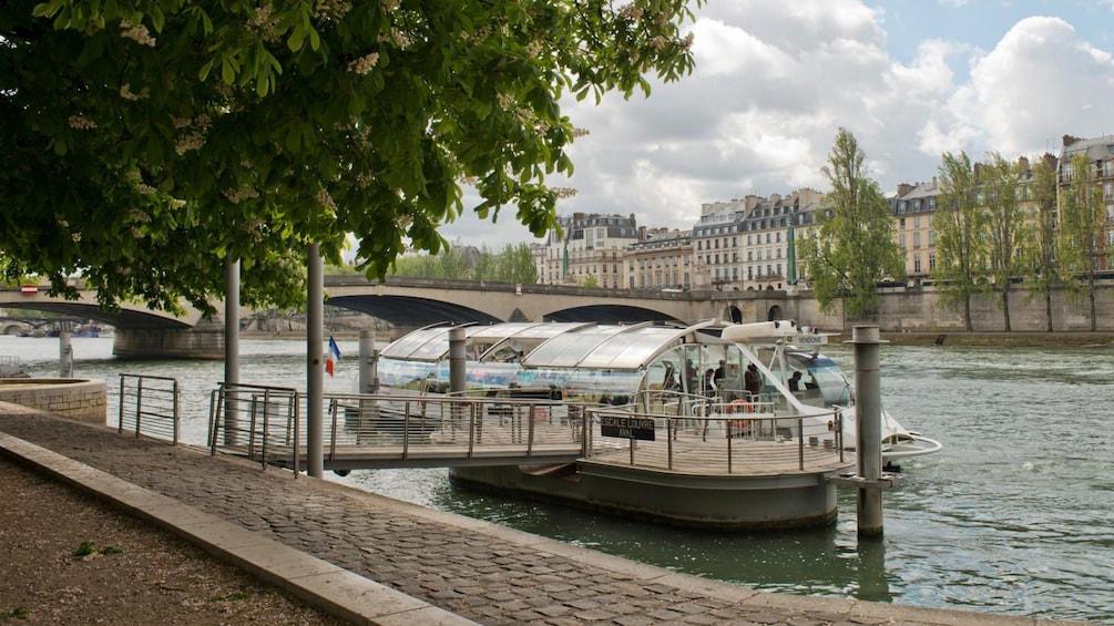 Öppna foto 10 av 10. sightseeing boat in paris