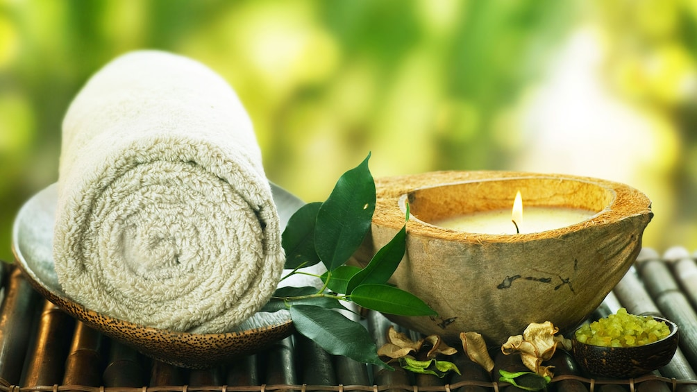 正在顯示第 1 張相片,共 6 張。 Towel and candle for the  Pañpuri Thai Organic Massages at the Pañpuri Organic Spa Penang