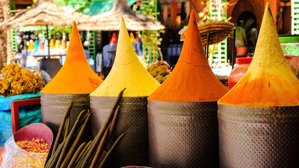 Charger l'élément 4 sur 5. Spice and scent shop in Djemaa El Fnaa Square in Marrakech, Morocco