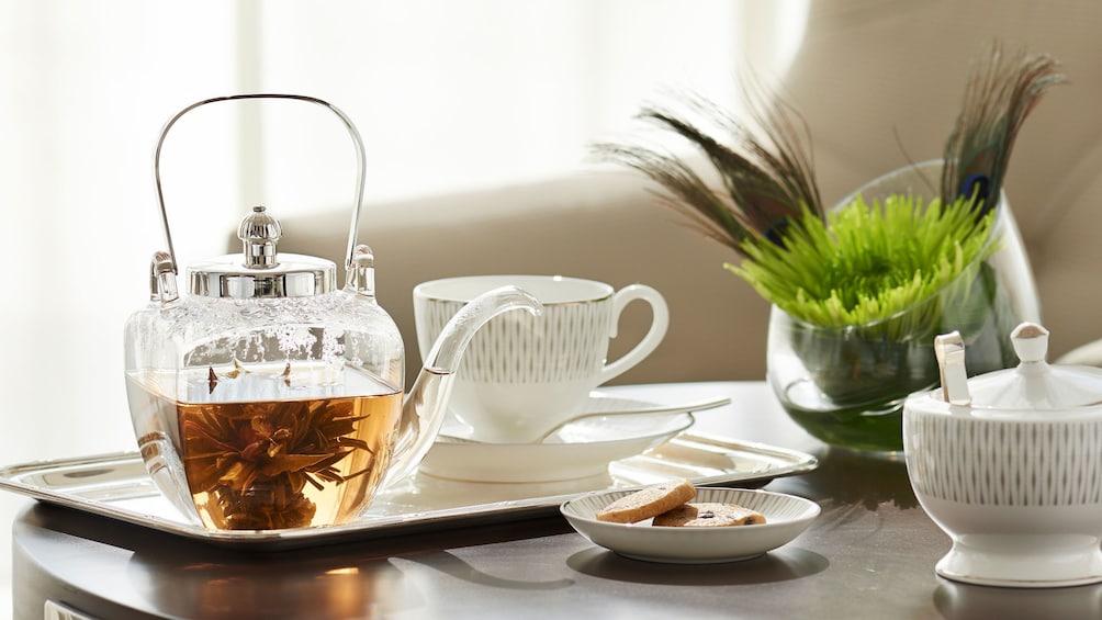 Apri foto 1 di 5. tea pot and china on coffee table