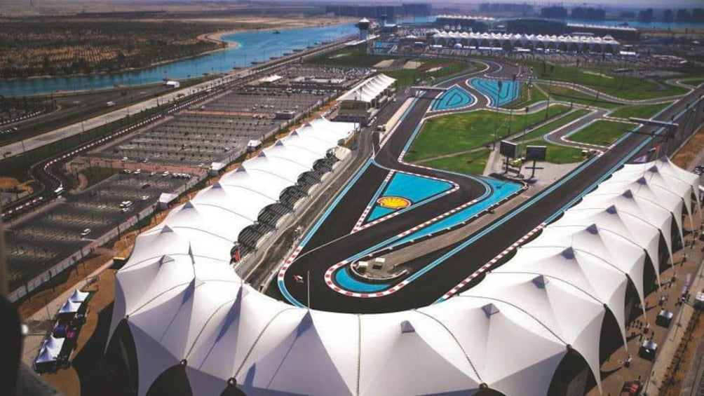 Foto 5 von 8 laden Aerial shot of Shell racetrack at Yas Marina.