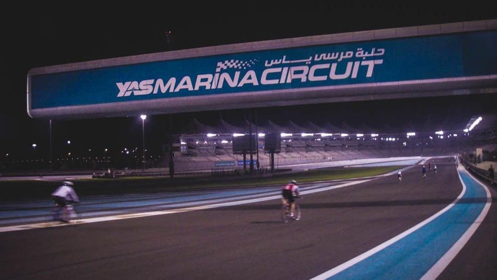 Foto 2 von 8 laden Yas Marina racetrack at night.