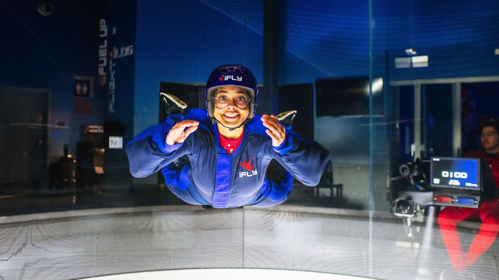 Cargar foto 5 de 5. Woman smiling while flying at iFly