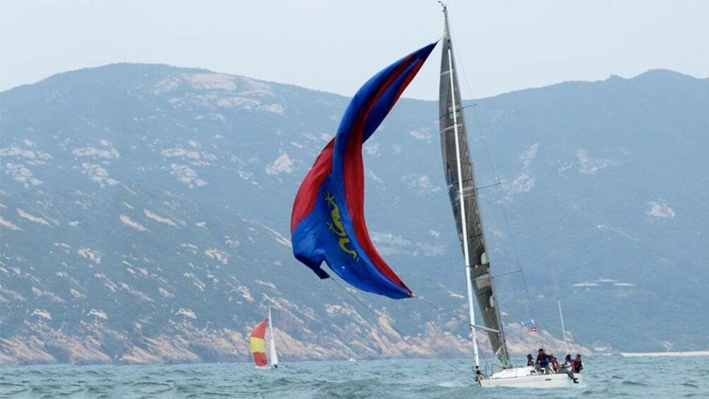正在顯示第 5 張相片,共 5 張。 Winds blowing on the catamaran in Hong Kong