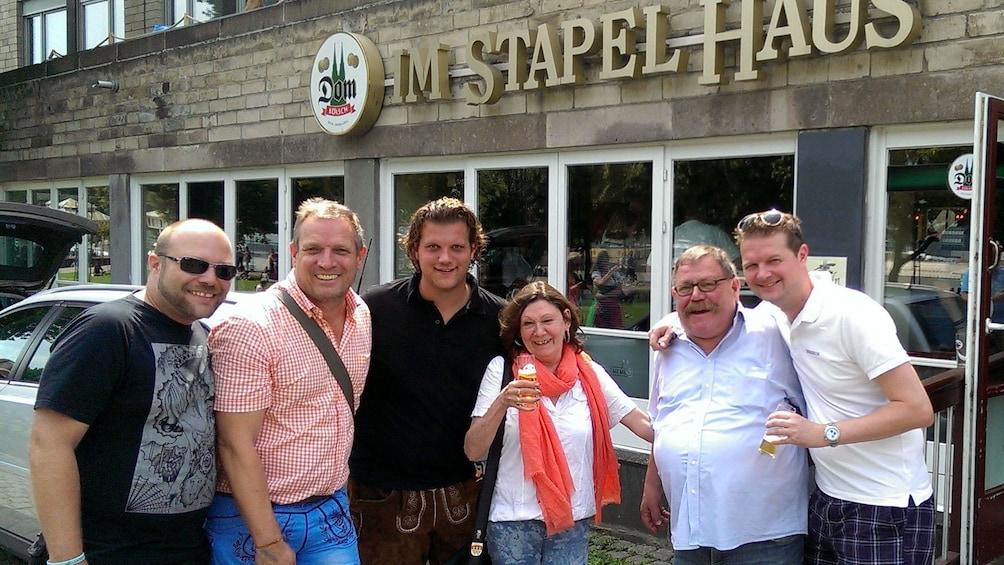 Foto 1 von 5 laden people posing outside of haus