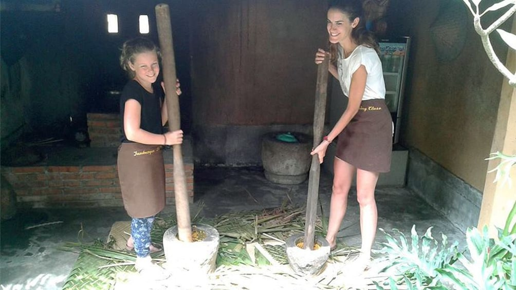 Charger l'élément 4 sur 5. girls working in barn in bali