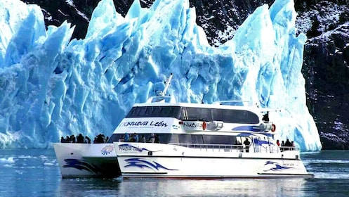 Scenic sailing trip along the northern arm of Argentino Lake