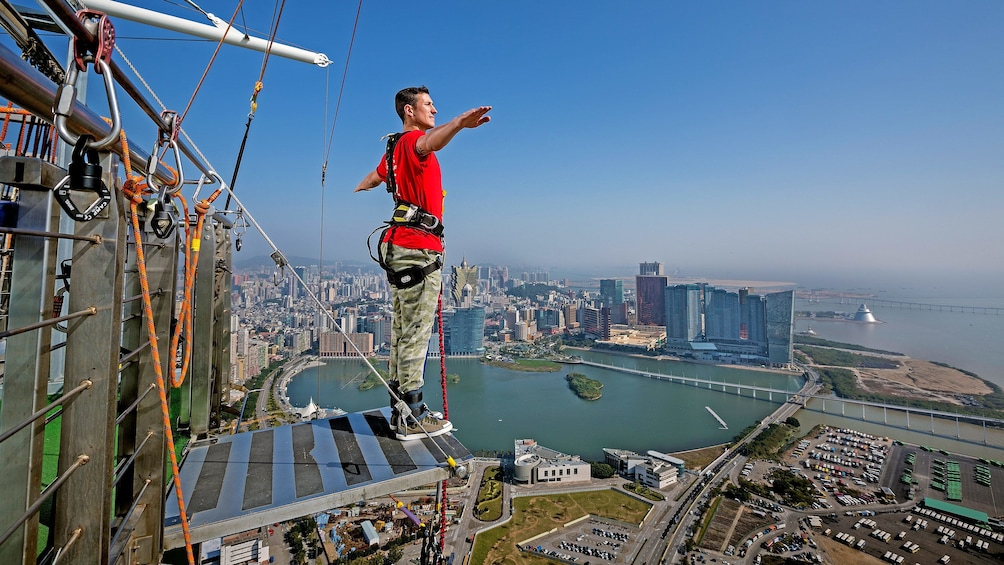 正在顯示第 1 張相片,共 7 張。 Man preparing to leap from 764 feet (233 m) off the top of Macau Tower